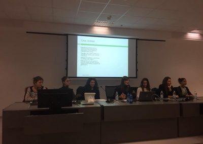L'intervento di fronte ai genitori durante l'incontro promosso dalla ULSS 1 Dolomiti